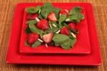 9371008-aardbei-spinazie-salade-met-amandelen-op-een-rode-plaat